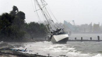 Tras destrucción en Bahamas, Dorian toca tierra en Carolina del Norte