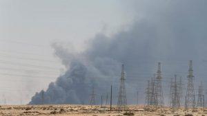 Arabia Saudita reduce a la mitad producción petrolera tras ataques