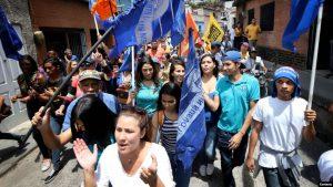 Venezuela: Grupos chavistas atacan manifestación opositora en Caracas
