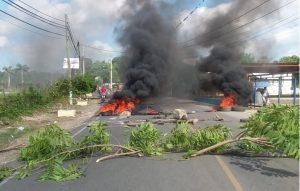 Moradores de comunidad de Moca enfrentan a PN y brigada EDENORTE