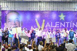 Valentín recibe apoyo multitudinario en Santiago Oeste