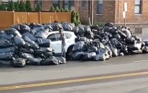 Cubren de basura vehículo estacionaron en espacio prohíbido