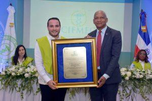 Círculo Médico reconoce Vicerrector de Investigación de la UASD