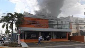 Fuego afectó plaza comercial Los Jardines Metropolitanos de Santiago