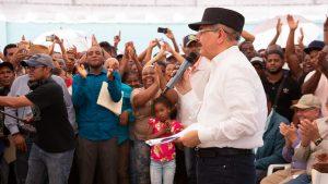 AZUA: Danilo Medina aprueba crédito solidario a unos 540 agricultores