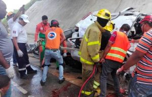 Muere un hombre y una mujer al deslizarse camioneta en Bayahíbe