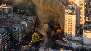 CHILE: Incendios y fuertes disturbios sacudieron Santiago durante marcha