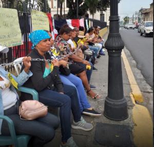 Moradores se encadenan en reclamo de empleos en nuevo Liceo