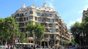 Barcelona combate entrada de autos: sube precio del aparcamiento