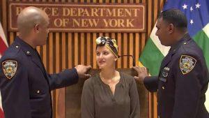 Dos policías de Nueva York ayudan a paciente con cáncer