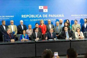 PANAMA: Presidente rompe el silencio y retoma riendas del país