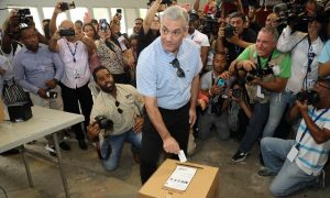 Gonzalo Castillo votó temprano en el Colegio Quisqueya, de la 27 Febrero