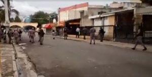 Protesta de trabajadores de la UASD degenera en choque con la Policía