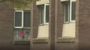 Hombre se cuela en dormitorio de universidad y viola una estudiante