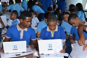 Educación concluye jornada entrega de computadoras a estudiantes