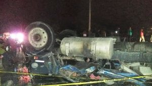 AZUA: Choque entre un camión y una patana deja cinco personas muertas
