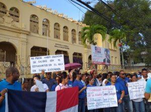 SANTIAGO: Profesores marchan en reclamo terminación de escuelas