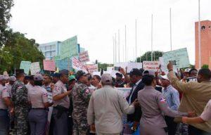 Desalojan por la fuerza campesinos El Seibo se manifestaban frente Palacio