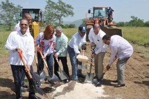 EL SEIBO: Inician construcción plaza taurina y cultural seibana