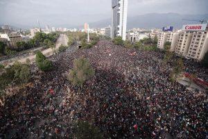 CHILE: Manifestantes rodean la sede del Congreso en rechazo a Piñera