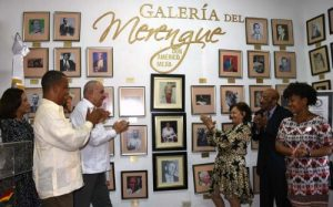 Rinden homenaje a tresartistas dominicanosen el Día del Merengue