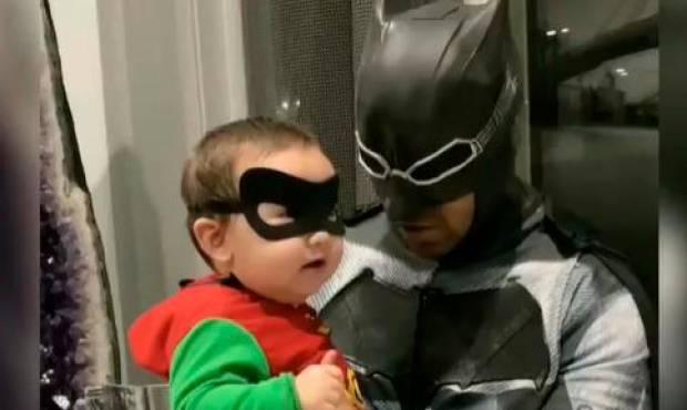 Romeo se disfraza de Batman y su hijo de Robin por Halloween