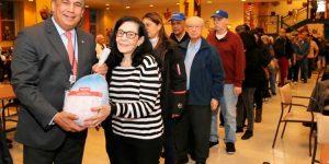 Cónsul RD regala miles de pavos en centros para envejecientes