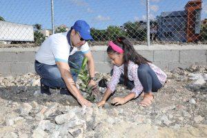 Alcalde Martínez encabeza jornada de reforestación alrededor parque