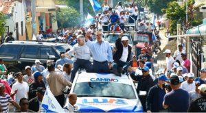 Multitud recibe en Navarrete a Luis Abinader y otros candidatos del PRM