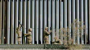 Traficantes abren brechas en muro fronterizo de EEUU, según diario
