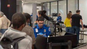 Detienen hombre trató de pasar seguridad aeropuerto con un arma cargada