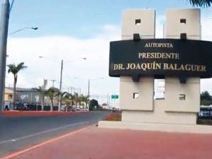 Bloquean vía Joaquín Balaguer en demanda asfaltado calles Los Solares