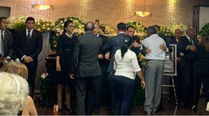 Multitud va a la funeraria a velatorio; muchos mensajes de condolencia