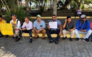 Encadenados en el parque Duarte reclaman arreglo calles de Cienfuegos