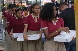 NAGUA: MINERD entrega 5,558 computadoras a estudiantes