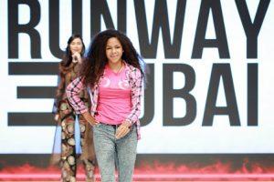 DUBAI: Dominicana con trastorno neurodegenerativo desfila en pasarela