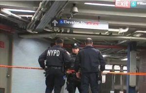 Bebé de dos años muere atrapado entre plataforma y un tren en NY