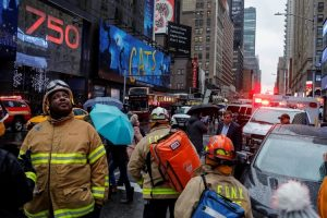 Mujer muere al caerle escombros fachada edificio en Times Square