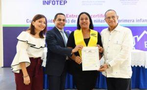 Entregan primeras 86 certificaciones a cuidadores infantes Santo Domingo
