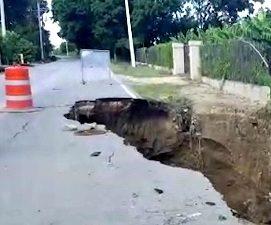 Lluvias ocasionan derrumbe tramo de la carretera Hatillo en La Canela