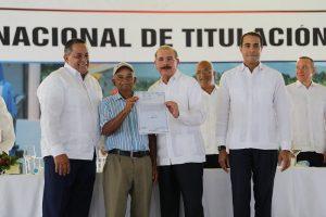 Danilo Medina entregó este viernes 759 títulos de propiedad en Nagua