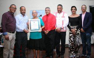 El SNTP Santiago reconoce a miembros durante fiesta navideña