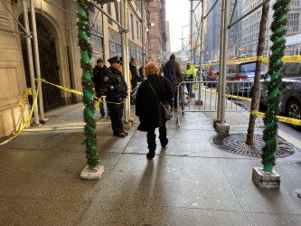Policía cierra vías por caída hielo desde edificios en el bajo Manhattan