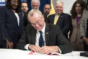 Gobernador NJ firmará ley daría licencia a indocumentados