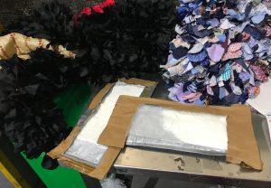 Decomisan dos láminas de cocaína en una empresa de envíos del AILA