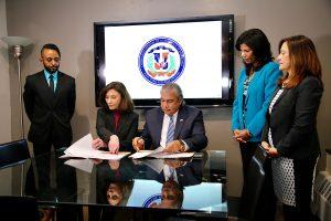 Cónsul RD firma acuerdo para capacitar dominicanos en NY