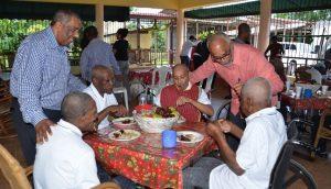 SPM: Lotería ofrece almuerzo y dona artículos a un centro de ancianos