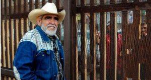 Muro fronterizo entre E.U y México es un punto de encuentro navideño