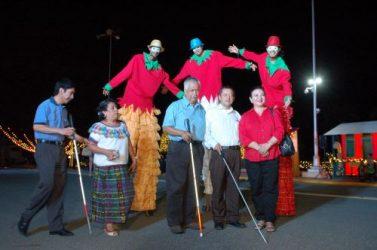 Dominicanos y extranjeros admiran esplendor del Palacio Nacional en Navidad