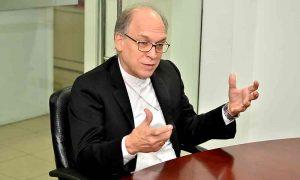 Obispo Masalles ve indignante oficial  vistiera de sacerdote en caso Cotuí